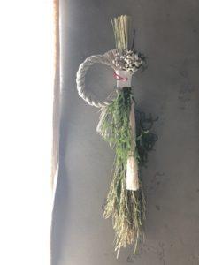 岐阜市花屋 お正月注連飾り ヒカゲノカズラ ナンキンハゼ フラワーレッスン 紅白 麦